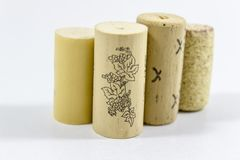 Ontruim schot van veelvoudige wijn kurkt met onscherpe witte achtergrond stock afbeeldingen