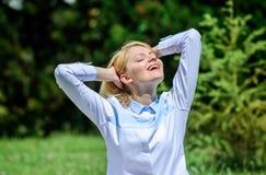 Ontruim uw mening Vind minuut om te ontspannen Het meisje mediteert de groene achtergrond van de grasaard Prettig ontspan Het ont stock afbeeldingen