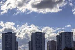 Ontruim wijd spruit van serie van concrete gebouwen met blauwe hemelachtergrond stock afbeeldingen