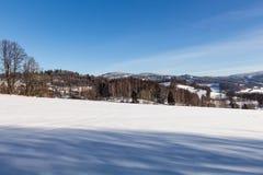 Ontruim zonnige hemel met een mooi landschap op sneeuw behandelde bomen in een vluchtige Kerstmisochtend in de bergen stock afbeeldingen