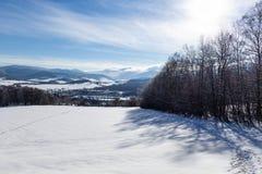 Ontruim zonnige hemel met een mooi landschap op sneeuw behandelde bomen in een vluchtige Kerstmisochtend in de bergen royalty-vrije stock foto