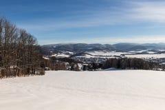 Ontruim zonnige hemel met een mooi landschap op sneeuw behandelde bomen in een vluchtige Kerstmisochtend in de bergen royalty-vrije stock fotografie