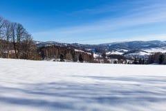 Ontruim zonnige hemel met een mooi landschap op sneeuw behandelde bomen in een vluchtige Kerstmisochtend in de bergen royalty-vrije stock foto's