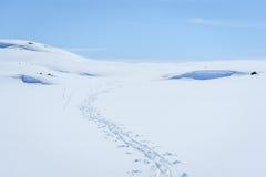Ontruim zonnige hemel met het ski?en sporen in een de winterlandschap in sneeuw behandelde bergen Stock Afbeeldingen