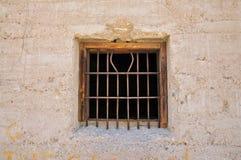 Ontsnapping uit de gevangenis: gebogen gevangenisbars stock fotografie