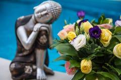 Ontspan beeldje Boedha met bloem op poolachtergrond Stock Afbeelding