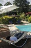 Ontspan bij zwembad Royalty-vrije Stock Afbeeldingen