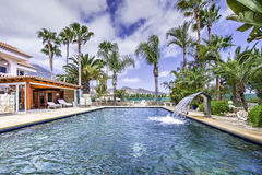 Ontspan dichtbij de pool Royalty-vrije Stock Foto's