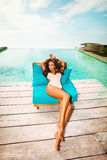 Ontspan door de pool Royalty-vrije Stock Foto's