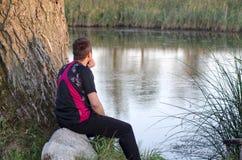 Ontspan door het water Stock Foto's