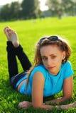 Ontspan in gras Stock Afbeeldingen