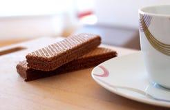 Ontspan in het werk met cacaokoekje en koffie Stock Foto's