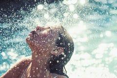 Ontspan in kuuroord zwembad, verfrissing en skincare De zomervakantie en reis naar oceaan De schoonheid van vrouw is stock fotografie