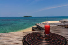 Ontspan met het sap van de watermeloen in vakantie Stock Afbeelding