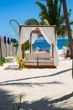 Ontspan op een luxevip strand met aardig paviljoen in een dag van de zonneschijn blauwe hemel Stock Fotografie