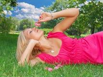 Ontspan op gras Stock Foto's