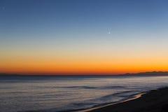ontspan op het dageind op het strand Stock Afbeelding