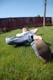 Ontspan op het gras Royalty-vrije Stock Afbeeldingen