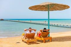 Ontspan op het strand bij Rode Overzees Stock Afbeelding