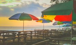 Ontspan op het strand genietend van de zonsondergang stock afbeelding