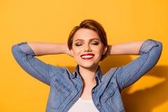 Ontspan! Portret van een jong modieus meisje Zij is in een jeansoverhemd stock foto