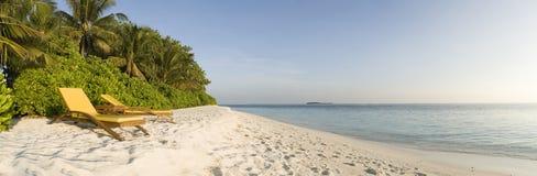 Ontspan stoel op wit zandstrand de Maldiven Stock Foto's
