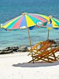 Ontspan tijd, een paraplu en twee stoelen Royalty-vrije Stock Fotografie