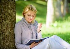 Ontspan vrije tijd een hobbyconcept Beste zelfhulpboeken voor vrouwen Boekt elk meisje zou moeten lezen Geconcentreerde het meisj royalty-vrije stock foto's