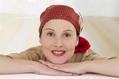 Ontspan vrouw het dragen headscarf Stock Afbeeldingen
