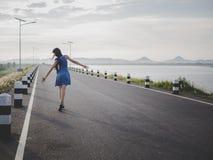 Ontspan vrouw op de weg Stock Foto