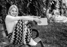 Ontspan zelfs weinig notulen verminderen spanning Van de het boektuin van de dame de vrij gelukkige greep zonnige dag Het meisje  stock foto's