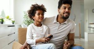 Ontspannen Afrikaanse Amerikaanse familie die op TV letten royalty-vrije stock foto's
