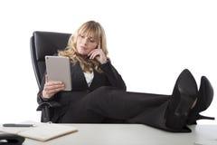 Ontspannen bedrijfsvrouw die een tablet houden stock fotografie