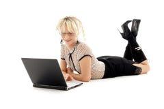 Ontspannen bureaudame met laptop stock foto