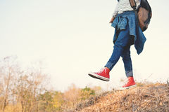 Ontspannen de voeten rode tennisschoen een meisje in aard en tijd Stock Foto's