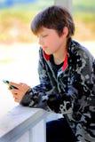 Ontspannen Jong geitje Texting stock foto
