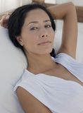 Ontspannen Jonge Vrouw in Bed Royalty-vrije Stock Foto's