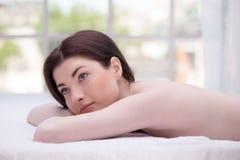 Ontspannen jonge vrouw in kuuroordcentrum Stock Fotografie