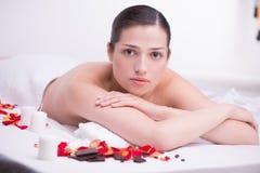Ontspannen jonge vrouw in kuuroordcentrum Stock Afbeelding