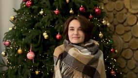 Ontspannen jonge vrouw in ondergoed met deken die naast Kerstboom rusten Mooi glimlachend meisje in een witte sweater royalty-vrije stock foto's