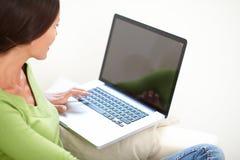 Ontspannen Kaukasische vrouw die laptop met behulp van stock foto