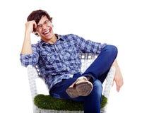Ontspannen kerel die in leunstoel lachen stock foto's