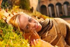 Ontspannen mannequin in de herfst in een buitenhuis Royalty-vrije Stock Afbeeldingen