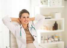 Ontspannen medische artsenvrouw in bureau Royalty-vrije Stock Foto