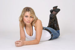Ontspannen meisje op de vloer Royalty-vrije Stock Afbeeldingen