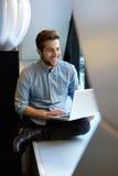 Ontspannen mens die laptop met behulp van Royalty-vrije Stock Foto