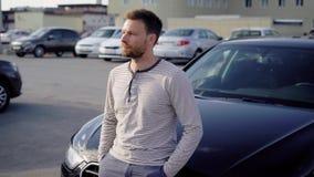 Ontspannen mens die zich dichtbij auto bevinden stock video