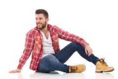 Ontspannen mens in houthakkersoverhemd Royalty-vrije Stock Foto