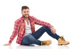 Ontspannen mens in houthakkersoverhemd Stock Fotografie