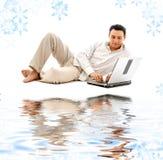 Ontspannen mens met laptop op wit zand royalty-vrije stock afbeelding
